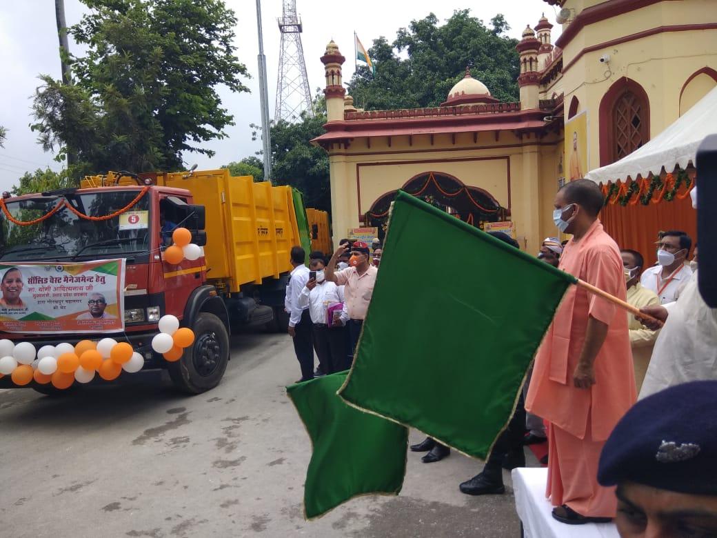 नगर निगम पहुंचे CM योगी, कॉम्पेक्टर वाहनों को हरी झंडी दिखाकर किया रवाना, कोवैक्सीन बूथों का निरीक्षण कर ली जानकारी|गोरखपुर,Gorakhpur - Dainik Bhaskar