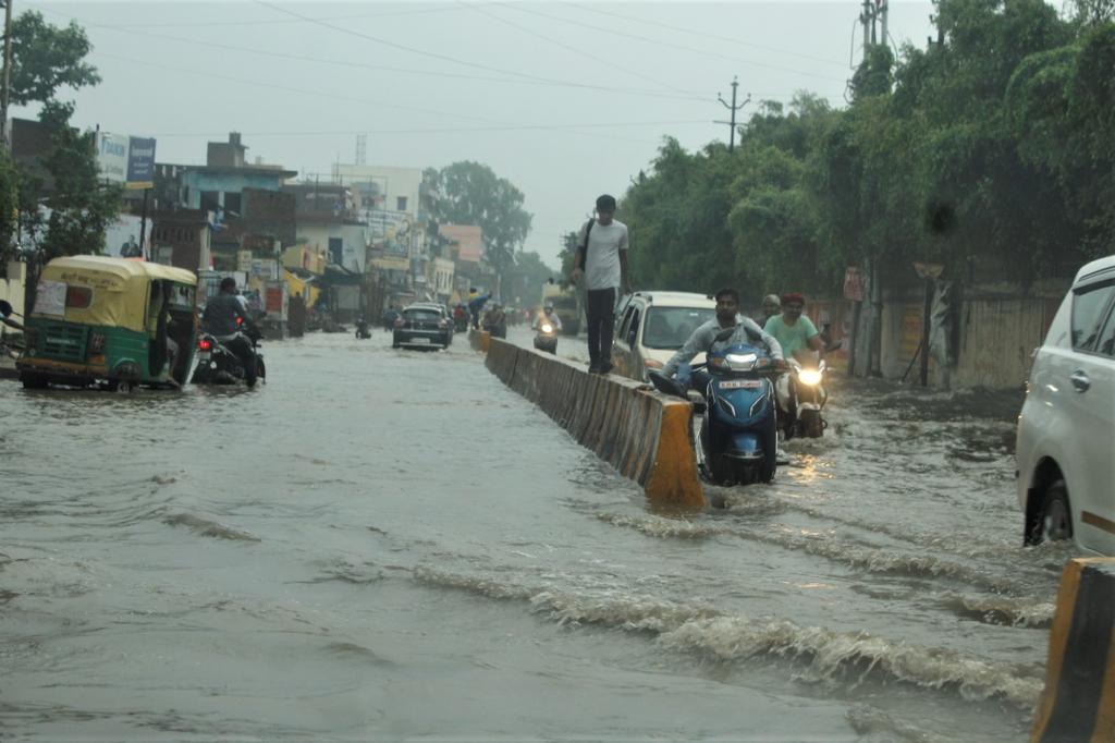 झमाझम हुई बारिश के बाद वाराणसी में सड़कें बनी तलैया।