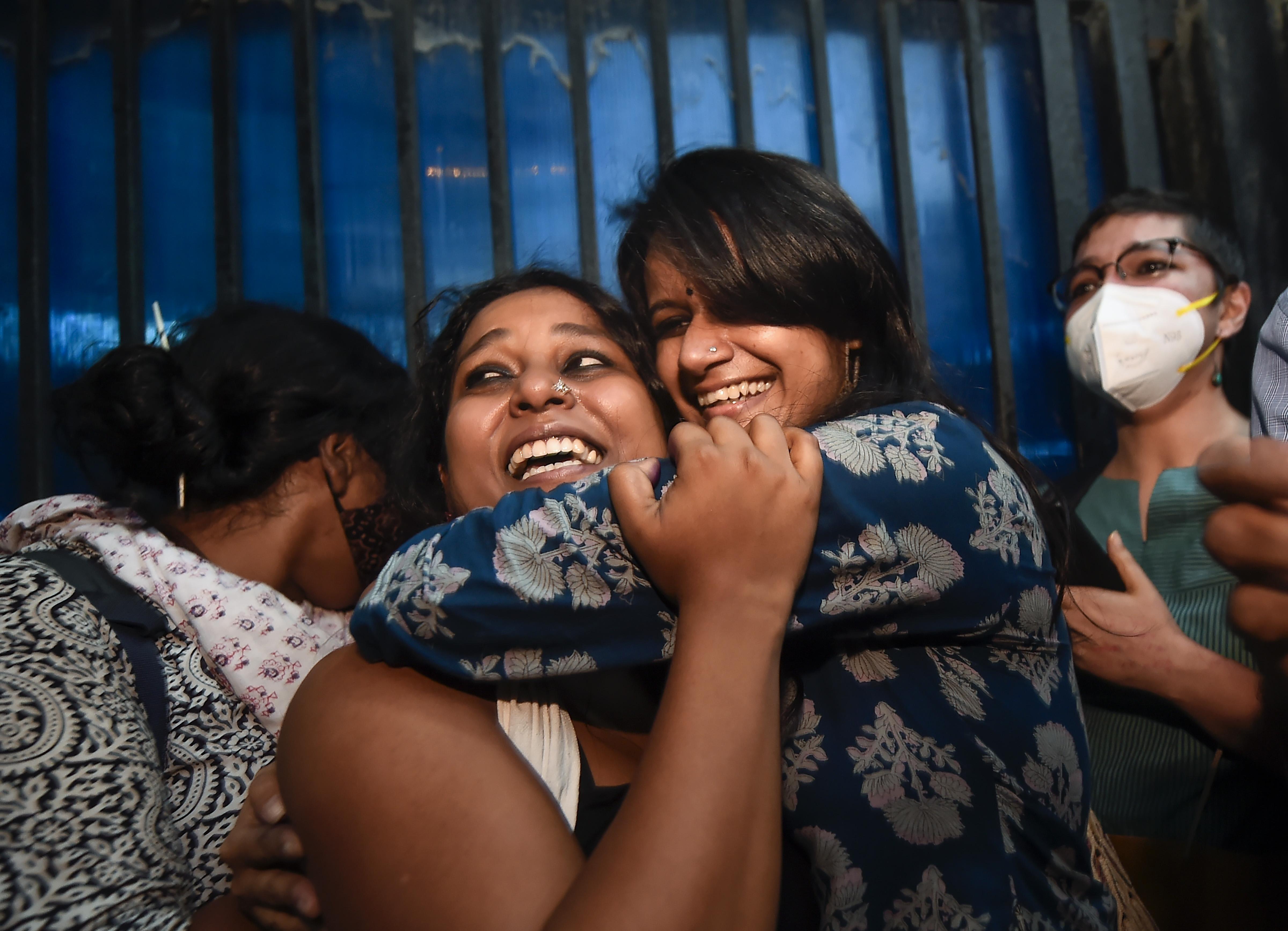 तिहाड़ जेल से बाहर आने के बाद देवांगना कालिता और नताशा नरवाल खुशी मनाते हुए।