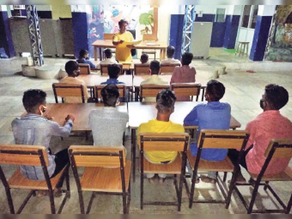 चार दिन पहले छुड़ाए 16 बच्चे फिर मजदूरी न करे, इसलिए माता-पिता को नहीं सौंपा, अब कौशल विकास में हैंडीक्राफ्ट व अन्य हुनर सिखाएंगे|उदयपुर,Udaipur - Dainik Bhaskar