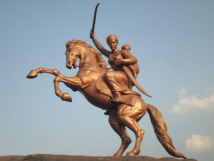 महाराष्ट्र के सोलापुर में लगी रानी लक्ष्मीबाई की विशाल प्रतिमा।