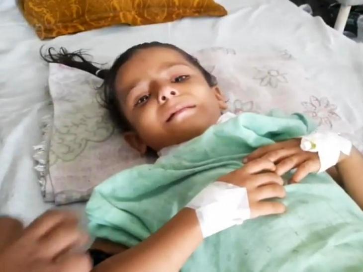 अस्पताल में उपचार के दौरान रोती बिलखती मासूम।