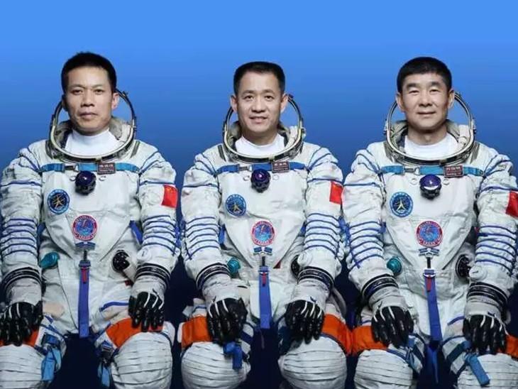तीन अंतरिक्ष यात्री हैशेंग, लियु बोमिंग और तांग होंग्बो 90 दिन तक अंतरिक्ष में रहेंगे।