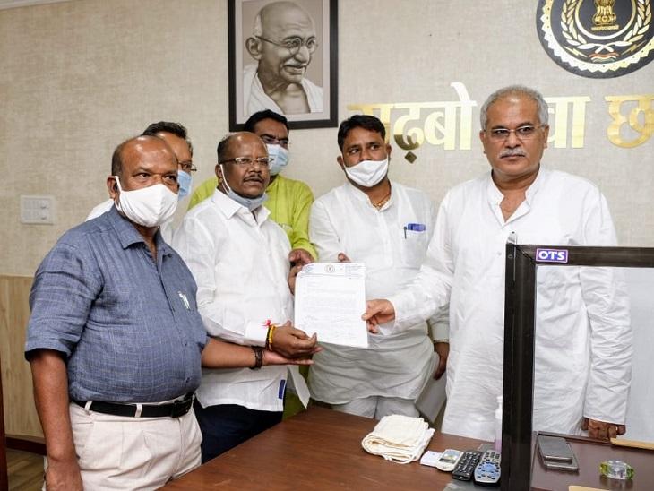 विधानसभा उपाध्यक्ष मनोज मंडावी की अगुवाई में सीएम से मिले संसदीय सचिव, पदोन्नति में एससी, एसटी और ओबीसी का आरक्षण लागू करने की मांग रायपुर,Raipur - Dainik Bhaskar