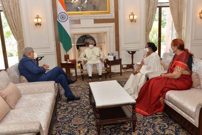 बंगाल के गवर्नर जगदीप धनखड़ ने गुरुवार को राष्ट्रपति रामनाथ काेविंद से मुलाकात की।
