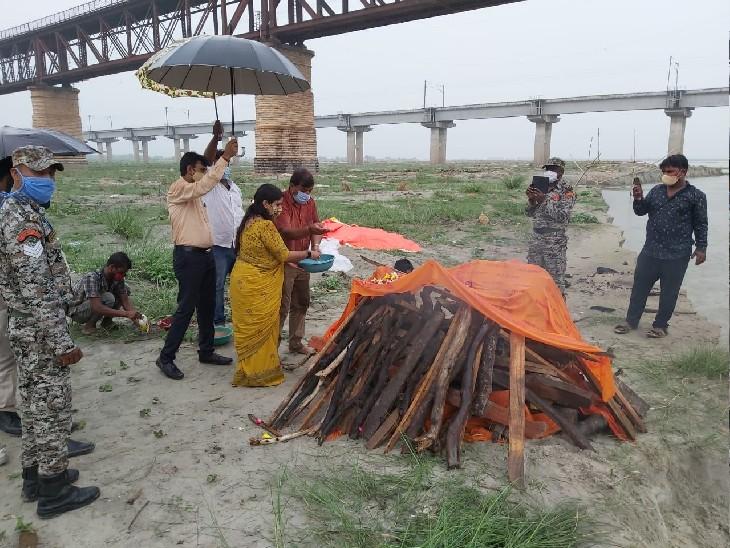 गंगा की रेती पर दफनाए गए शव को दी मुखाग्नि, निगम टीम अब तक 25 शवों का कर चुकी है अंतिम संस्कार|प्रयागराज,Prayagraj - Dainik Bhaskar