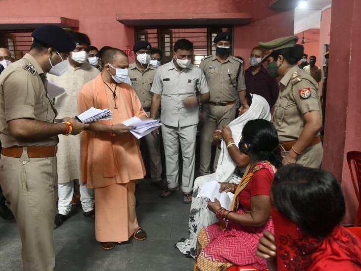 जनता दरबार में समस्याएं सुनते मुख्यमंत्री योगी आदित्यनाथ।