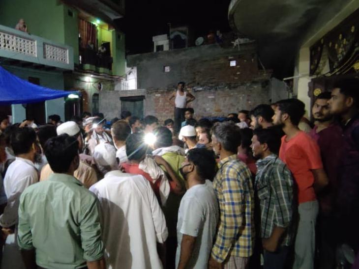 अब्दुल समद की दाढ़ी काटने का मामला धीरे-धीरे सांप्रदायिक रंग लेता जा रहा है। बुलंदशहर स्थित उनके घर पर स्थानीय लोगों की भीड़ भी जुटी रहती है।