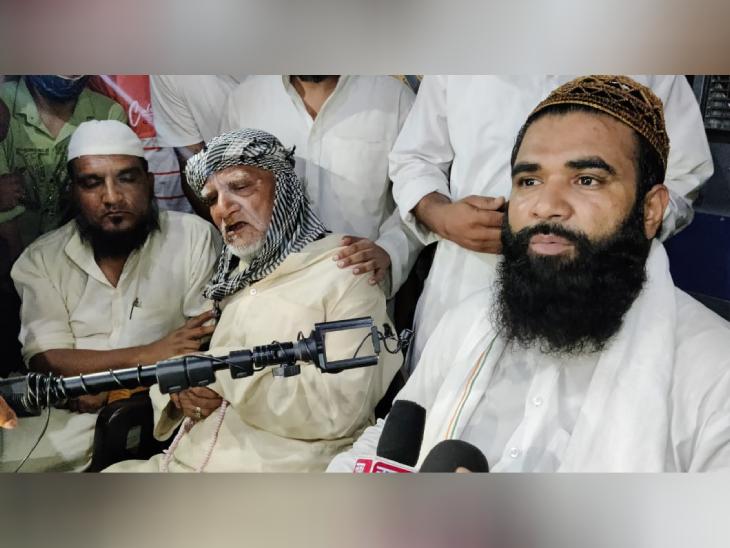 बुलंदशहर के अनूपशहर कस्बे में समद सैफी के घर पर पत्रकारों की भीड़ जुटी हुई है। आरोप है कि जय श्रीराम का नारा नहीं लगाने पर कुछ युवकों ने उनकी दाढ़ी काट दी।
