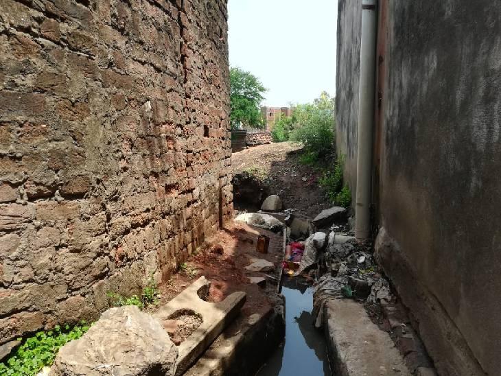 नाली में पड़ी महिला की लाश। - Dainik Bhaskar