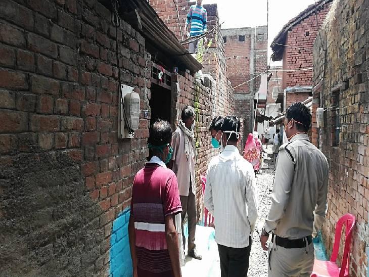 मोहल्ले वालों और घरवालों से पूछताछ करती हुई पुलिस।