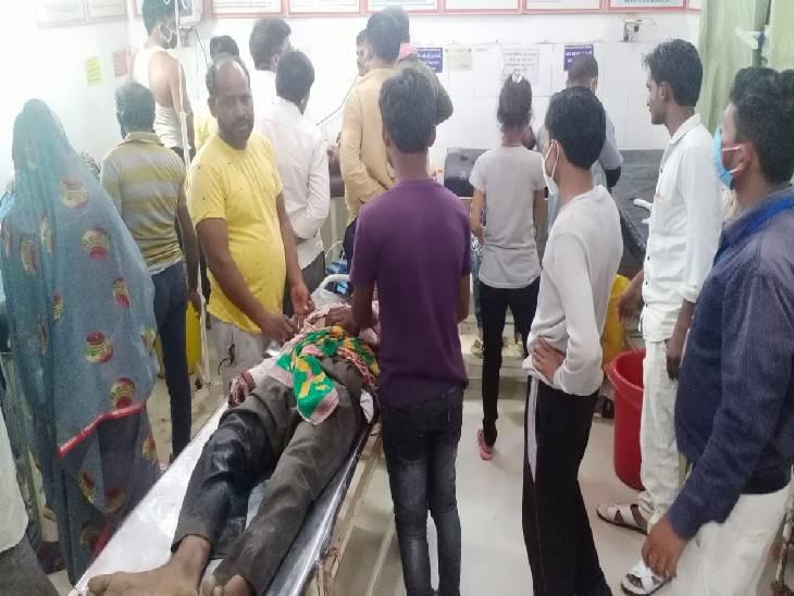 शादी समारोह से घर लौट रहे बाइक सवार किसान को टैंपो ने कुचला, मौत के बाद गुस्साए परिजनों ने सड़क जाम किया झांसी,Jhansi - Dainik Bhaskar