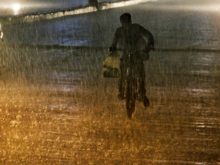 करीब 20 मिनट तक जय स्तंभ चौक से घड़ी चौक तक इसी रफ्तार में बारिश हुई।
