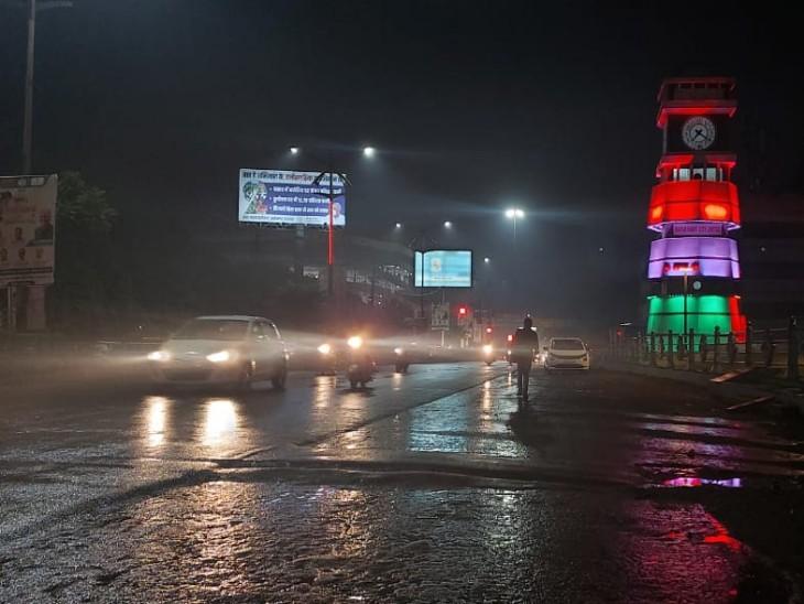 रायपुर के घड़ी चौक के पास का हिस्सा कुछ मिनट की बारिश के बाद कुछ ऐसा दिखा। - Dainik Bhaskar