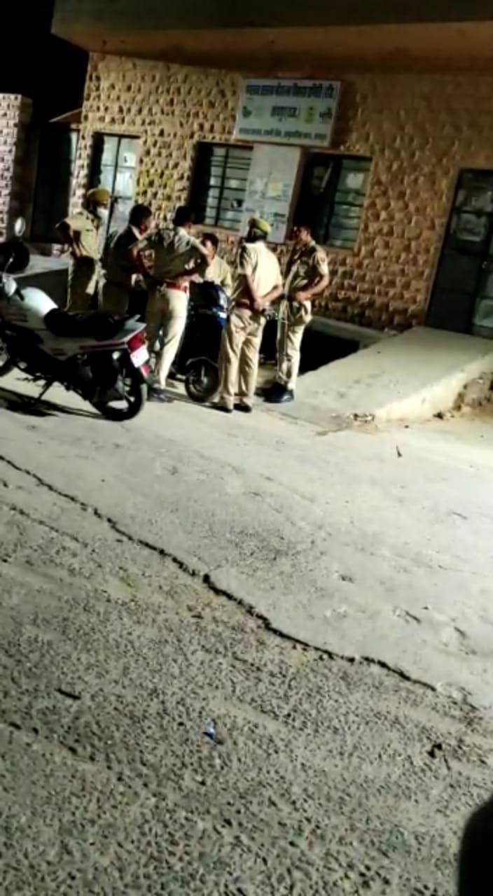 हुड़दंग की शिकायत पर कार्रवाई करने पहुंची पुलिस तो बदमाश मौके से भागे; सड़क पर पड़े स्कूटर का चालान काटने पर भिड़े पार्षद|जोधपुर,Jodhpur - Dainik Bhaskar