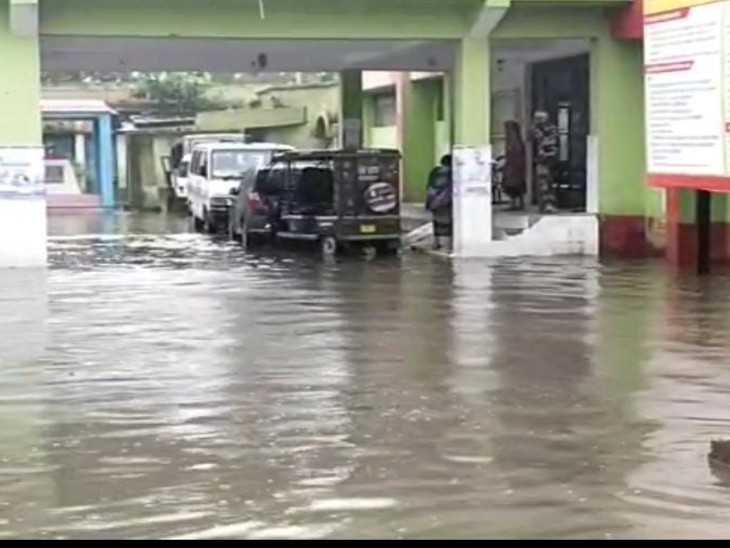 इमरजेंसी वार्ड, ट्रामा सेंटर, मरीजों के वार्ड और डॉक्टर चेंबर तक घुसा पानी, बढ़ी मरीजों की परेशानी कैमूर,Kaimur - Dainik Bhaskar