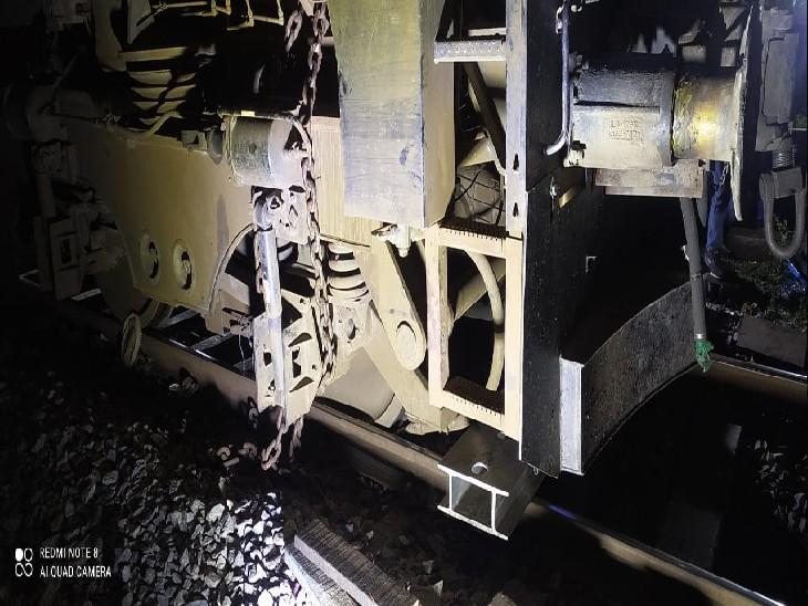 इलेक्ट्रॉनिक और सुरक्षा शाखा की टीम इस पूरे मामले की जांच करेगी कि आखिर कैसे ये ट्रेन पटरी से उतर गई। - Dainik Bhaskar