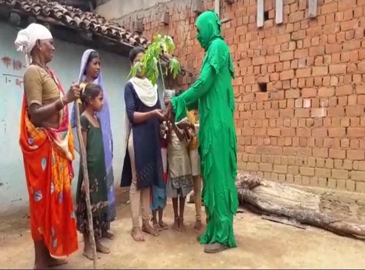 कई किमी का पैदल सफर तय कर कांकेर जिले के अंदरुनी इलाके पहुंच रहे और ग्रामीणों को पौधे वितरित कर रहे।