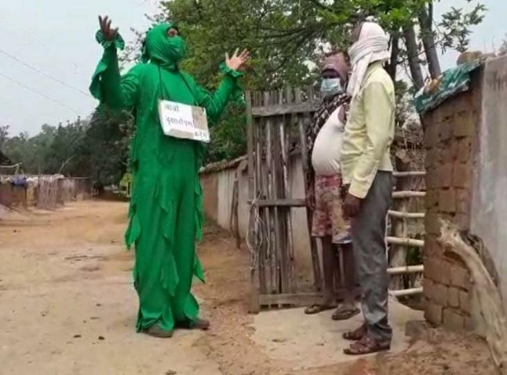 प्रकृति को बचाने पहना हरियाली सूट, पैदल ही गांव-गांव जाकर पौधे लगाने लोगों से अपील कर रहे वीरेंद्र सिंह, कहा-प्रकृति का श्रृंगार करना है|जगदलपुर,Jagdalpur - Dainik Bhaskar