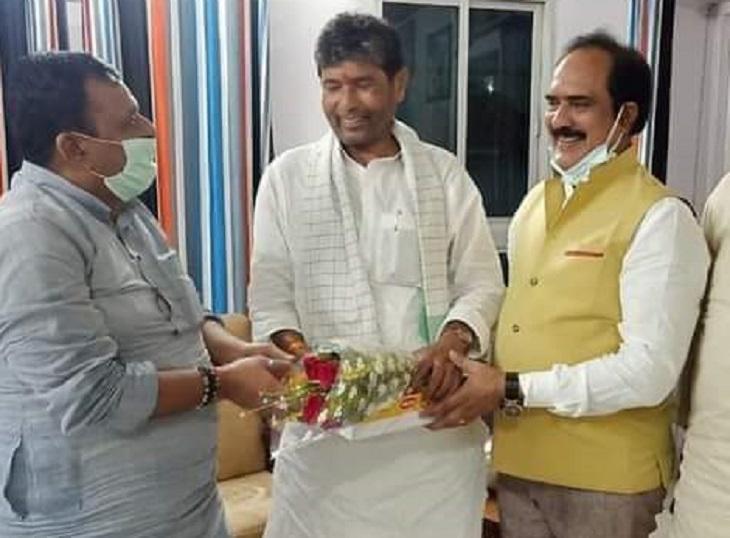 यह फोटो बुधवार शाम की है। पटना आने के बाद पशुपति कुमार पारस जदयू नेता व पूर्व मंत्री जय कुमार सिंह से मिले।