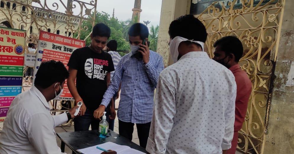 इमामबाड़ा गेट पर पर्यटकों को थर्मल स्कैनिंग के बाद इंट्री मिली