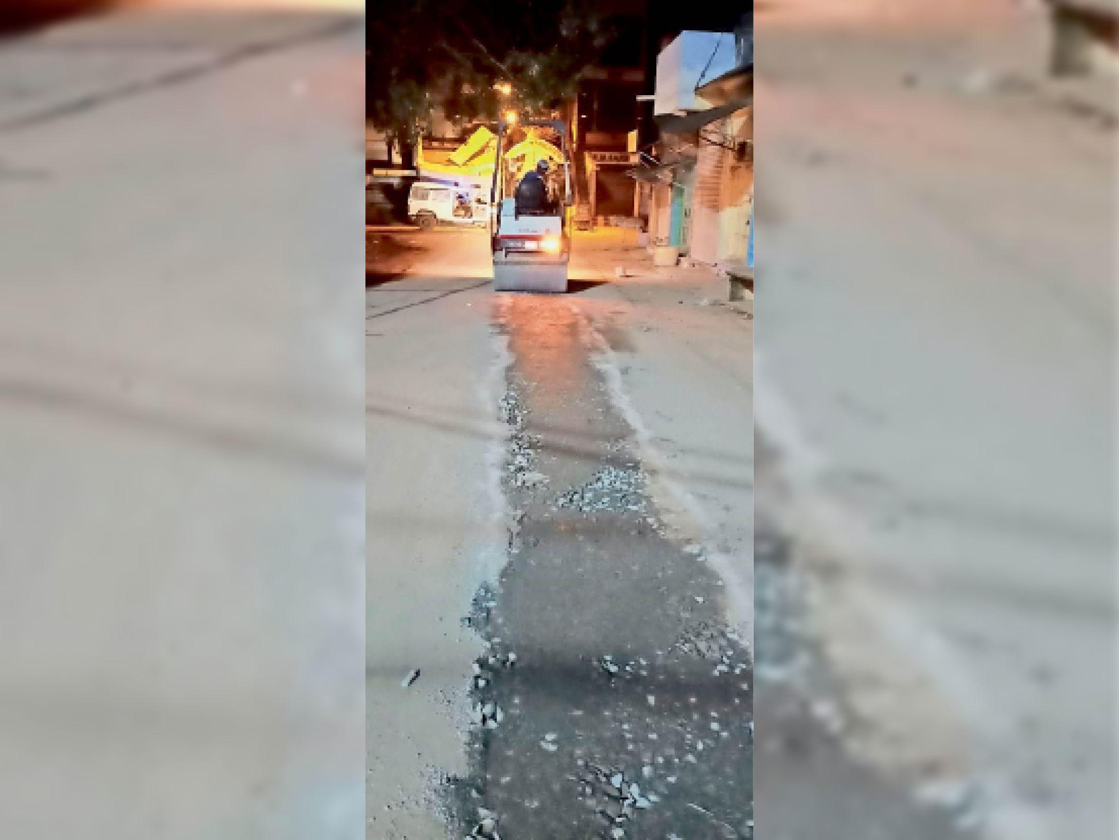 सीवर लाइन बिछाने के बाद रोड रोलर चलाकर सड़क का समतलीकरण करते हुए। - Dainik Bhaskar