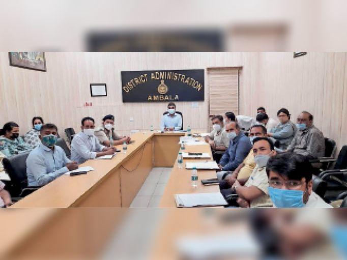 सिटी में अंतरराष्ट्रीय योग दिवस के आयोजन को लेकर वीसी में माैजूद डीसी व अन्य अधिकारी। - Dainik Bhaskar