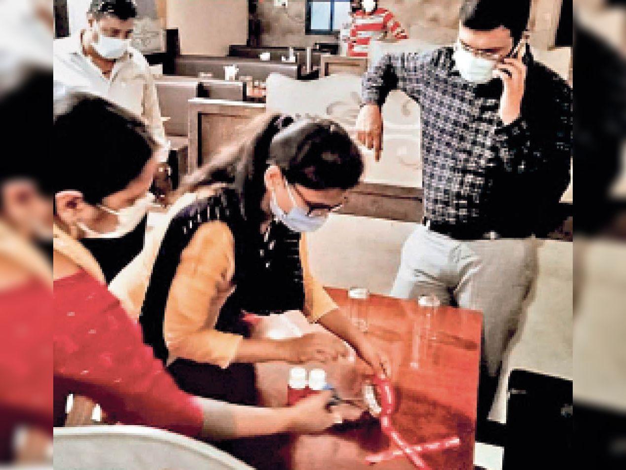 6 सीट वाली टेबल पर तीन व चार वाली पर दो ही कर सकेंगे भोजन|रतलाम,Ratlam - Dainik Bhaskar