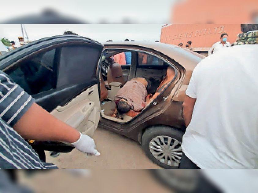 नवापुर में कार में मिला सूरत निवासी अधेड़ का शव, गर्दन पर धारदार हथियार से हमला कर हत्या की गई|गुजरात,Gujarat - Dainik Bhaskar