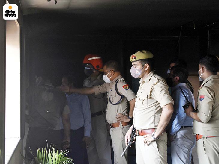 आग लगने के बाद मौके पर पुलिस भी पहुंची।