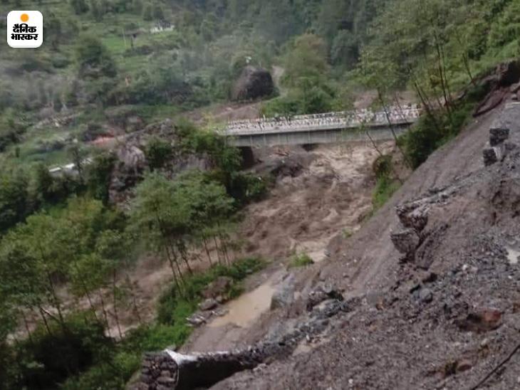 पहाड़ों से चट्टानें गिरने लगीं हैं। इसके चलते लोगों पर खतरा बढ़ गया है।