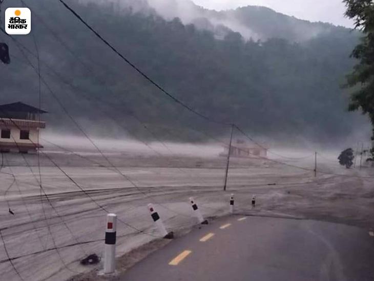 नेपाल के कई इलाकों में रोड कनेक्टिविटी टूट गई है। बिजली गुल है।