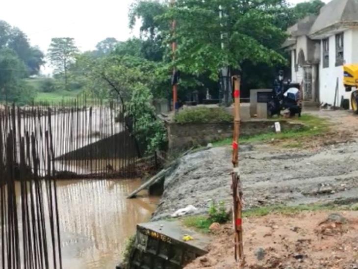 सोनभद्र में सुबह पांच बजे के आसपास लौवा नदी के ऊपर बना अस्थायी पुल टूटकर बह गया।