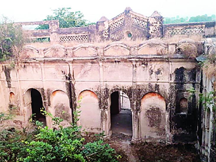झांसी जिले के समथर कस्बे से 7 किमी की दूरी पर बसा है, लोहागढ़ गांव। पहाडी पर मौजूद लोहागढ़ की गढी