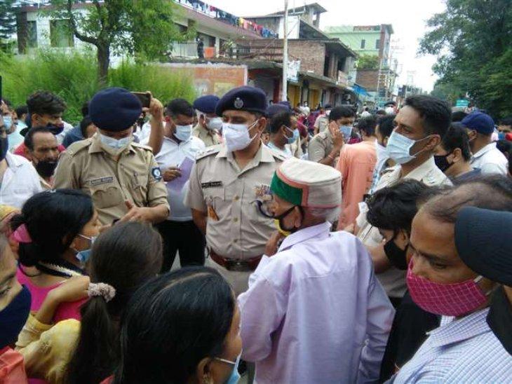 दो गुटों में मारपीट की खबर मिलते ही मौके पर पहुंची पुलिस जांच करती हुई। - Dainik Bhaskar
