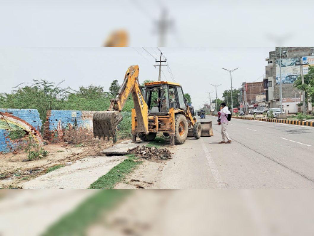 सिरसा। डबवाली रोड पर बरसाती नाले की जेसीबी से करवाई जा रही सफाई। - Dainik Bhaskar