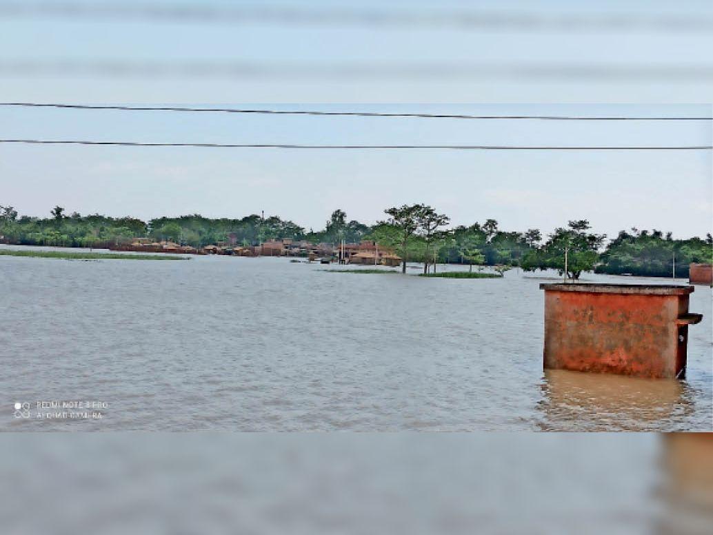 पानी में डूबा नौतन का शिवराजपुर छरकी गांव। - Dainik Bhaskar
