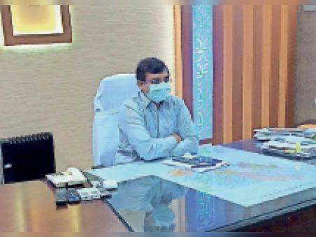 अधिकारियों के साथ बैठक करते डीएम। - Dainik Bhaskar