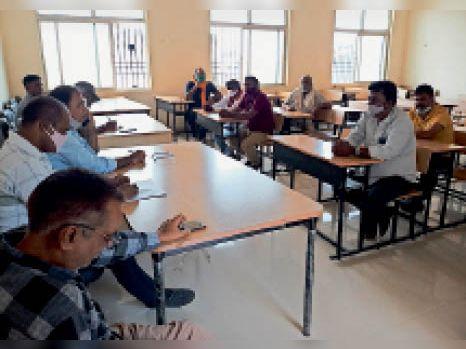बैठक में शामिल अधिकारी व मुखिया। - Dainik Bhaskar