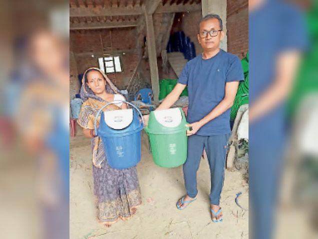 ग्रामीणों के बीच डस्टबिन का वितरण करते लोग। - Dainik Bhaskar