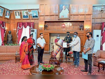 राज्यपाल को मांग पत्र सौंपते पूर्व मंत्री अमर बाउरी व अन्य। - Dainik Bhaskar