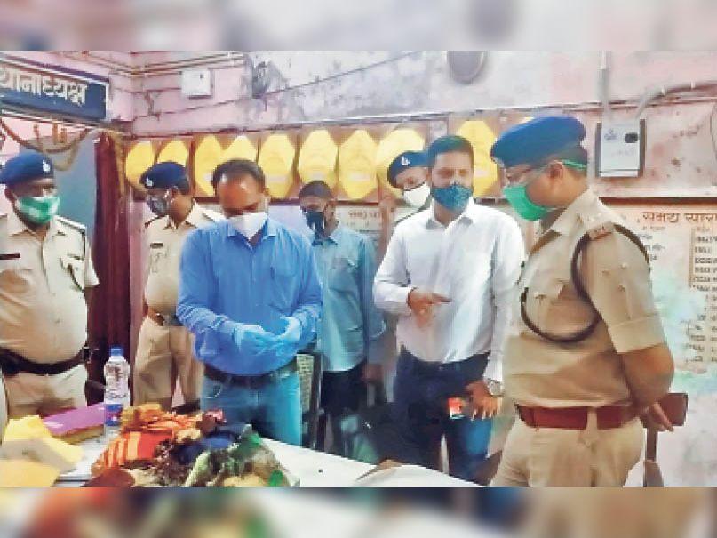 दरभंगा जंक्शन पर ब्लास्ट के बाद एफएसएल की टीम जांच करते हुए - Dainik Bhaskar