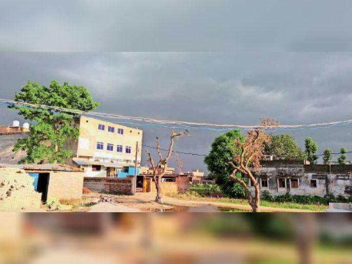 शुक्रवार की शाम आसमान में मंडराता बादल। - Dainik Bhaskar