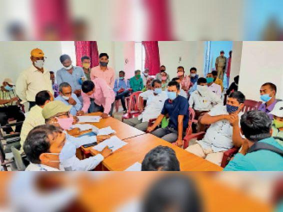 जाले में आयोजित आपदा प्रबंधन की बैठक में शामिल अधिकारी व कर्मी। - Dainik Bhaskar