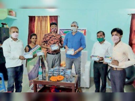 कोरोना रक्षा किट बांटते संगठन के राष्ट्रीय अध्यक्ष रोहित कुमार सिंह व अन्य। - Dainik Bhaskar
