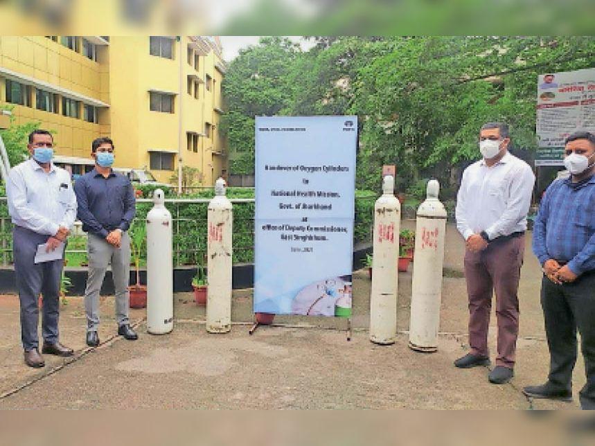 डीसी कार्यालय में आयोजित समारोह में ऑक्सीजन सिलेंडर सौंपते टाटा स्टील के पदाधिकारी। - Dainik Bhaskar