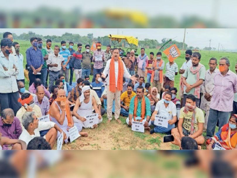 बहरागोड़ा में खेत में किसान आंदोलन को संबोधित करते डॉक्टर गोस्वामी। - Dainik Bhaskar