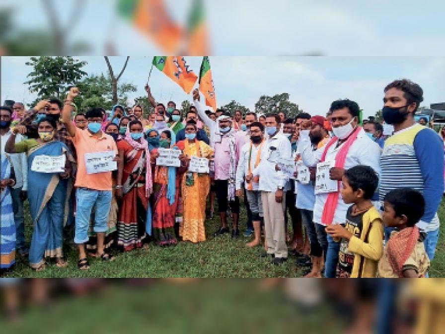 राज्य सरकार की किसान विरोधी नीतियों के खिलाफ डुमरिया में भाजपा नेता धरना देते। - Dainik Bhaskar