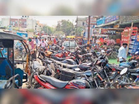 शहर में लगी भीड़। - Dainik Bhaskar