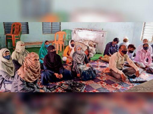 रघुनाथपुर में आयोजित प्रशिक्षण शिविर में मौजूद शिक्षाकर्मी। - Dainik Bhaskar